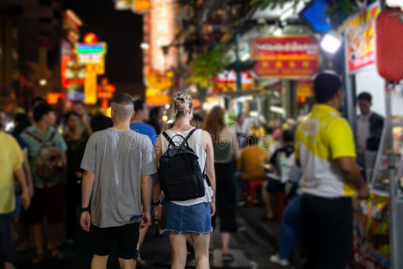 Niet geïdentificeerd paar van toerist bij Yaowarat-de nachtmarkt Thailand van het straatvoedsel royalty-vrije stock fotografie