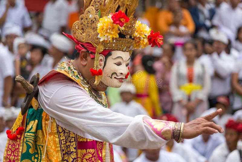 Niet geïdentificeerde Balinese mensen die in traditionele maskers tijdens Galungan-viering in Ubud, Bali presteren stock foto's
