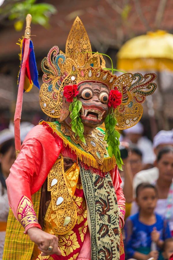 Niet geïdentificeerde Balinese mensen die in traditionele maskers tijdens Galungan-viering in Ubud presteren stock foto