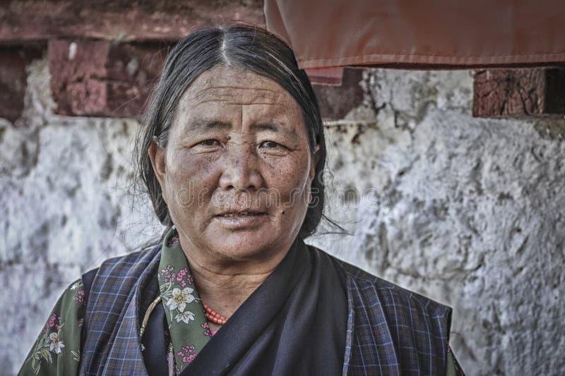 Niet geïdentificeerde bejaarde Tibetaanse damebedevaarten aan het Boeddhistische klooster van Samye, Tibet, China royalty-vrije stock afbeeldingen
