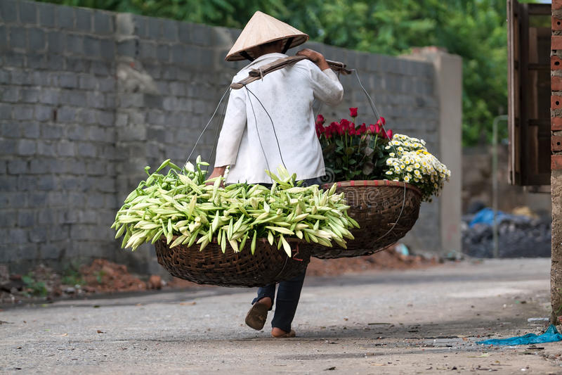 Niet geïdentificeerde bloemverkoper bij de bloem kleine markt stock fotografie