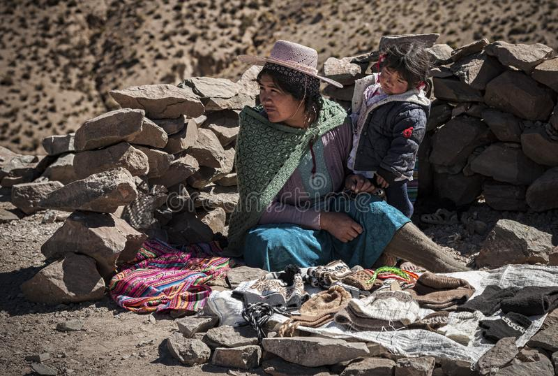 Niet geïdentificeerde Boliviaanse mensen die ambachtpunten op de weg verkopen aan San Antonio de Li stock foto