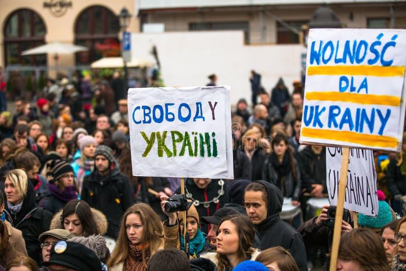 Niet geïdentificeerde deelnemers tijdens demonstratie op Hoofdvierkant, tot steun van Onafhankelijkheid Ukrainein royalty-vrije stock foto's