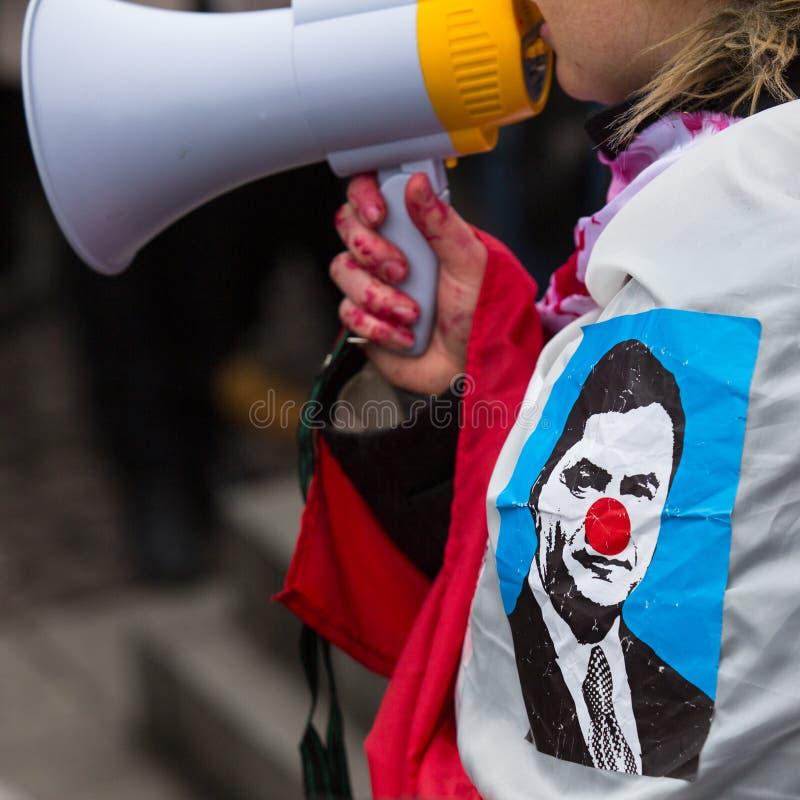 Niet geïdentificeerde deelnemers tijdens demonstratie tot steun van Onafhankelijkheid Ukrainein en tegen de moord van protesteerd stock foto's