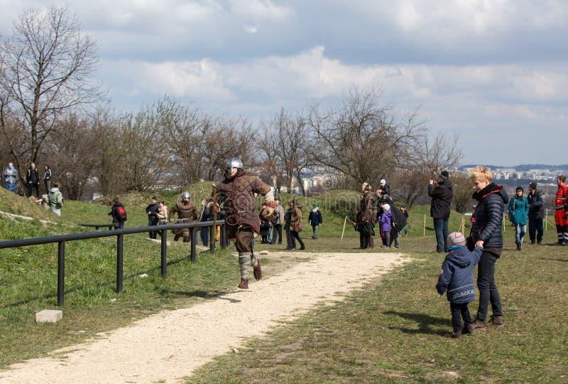 Niet geïdentificeerde deelnemers van Rekawka - de Poolse traditie, vierde in Krakau stock afbeeldingen