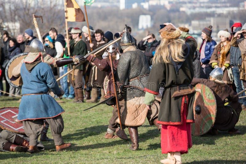 Niet geïdentificeerde deelnemers van Rekawka - de Poolse traditie, vierde in Krakau op Dinsdag na Pasen stock afbeeldingen