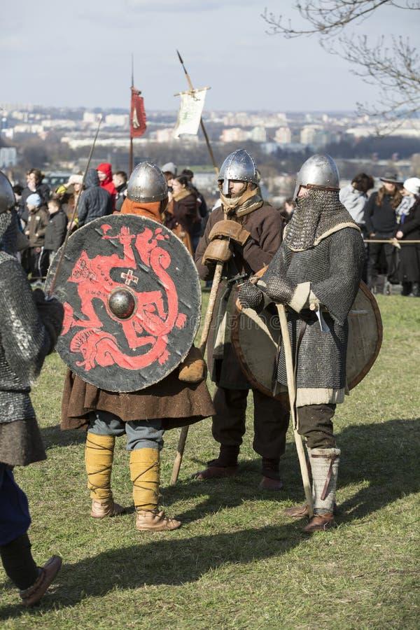 Niet geïdentificeerde deelnemers van Rekawka - de Poolse traditie, vierde in Krakau op Dinsdag na Pasen royalty-vrije stock foto's
