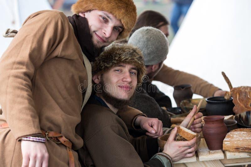 Niet geïdentificeerde deelnemers van Rekawka - de Poolse traditie, vierde in Krakau op Dinsdag na Pasen stock fotografie