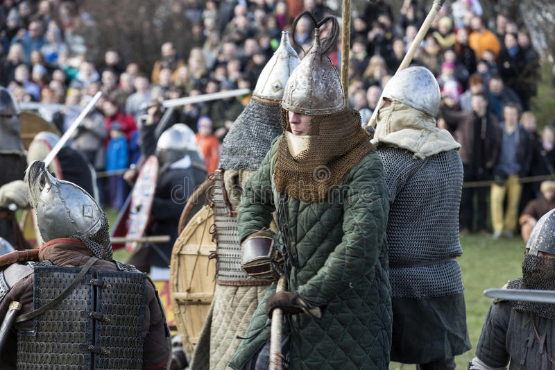 Niet geïdentificeerde deelnemers van Rekawka - de Poolse traditie, vierde in Krakau op Dinsdag na Pasen stock afbeelding
