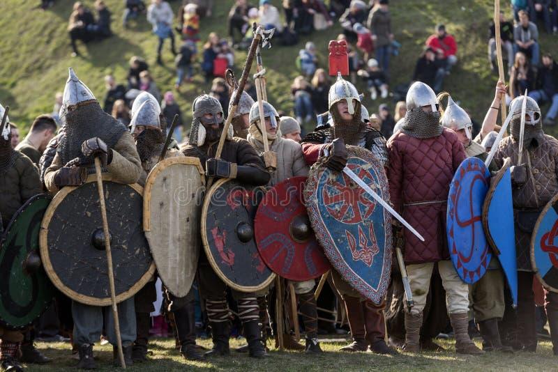 Niet geïdentificeerde deelnemers van Rekawka - de Poolse traditie, vierde in Krakau op Dinsdag na Pasen royalty-vrije stock foto