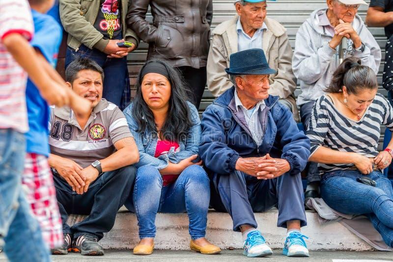 Niet geïdentificeerde Ecuatoriaanse Mensen die met Jaarlijks Carnaval wachten te beginnen royalty-vrije stock fotografie