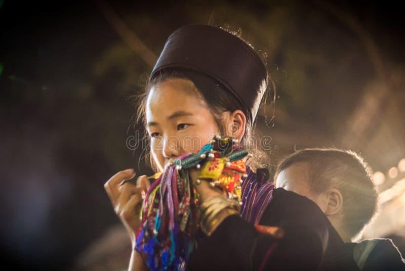 Niet geïdentificeerde Hmong-Meisjes Dragende Baby in Sapa, Lao Cai, Vietnam royalty-vrije stock fotografie