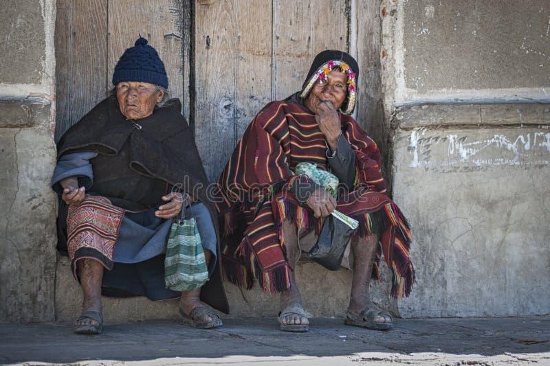 Niet geïdentificeerde inheemse inheemse Quechua mensen in traditionele kleding bij de lokale Tarabuco-Zondagmarkt, Bolivië royalty-vrije stock foto