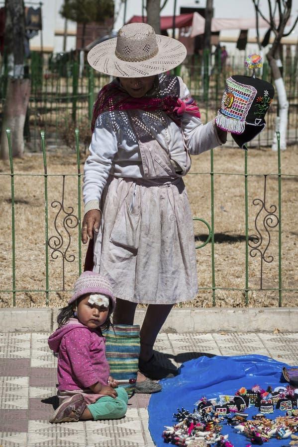 Niet geïdentificeerde inheemse inheemse Quechua vrouw met traditionele stammenkleding en hoed, bij de Tarabuco-Zondagmarkt, Boliv royalty-vrije stock foto