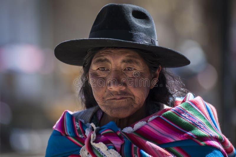 Niet geïdentificeerde inheemse inheemse Quechua vrouw met traditionele stammenkleding en hoed, bij de Tarabuco-Zondagmarkt, Boliv royalty-vrije stock foto's