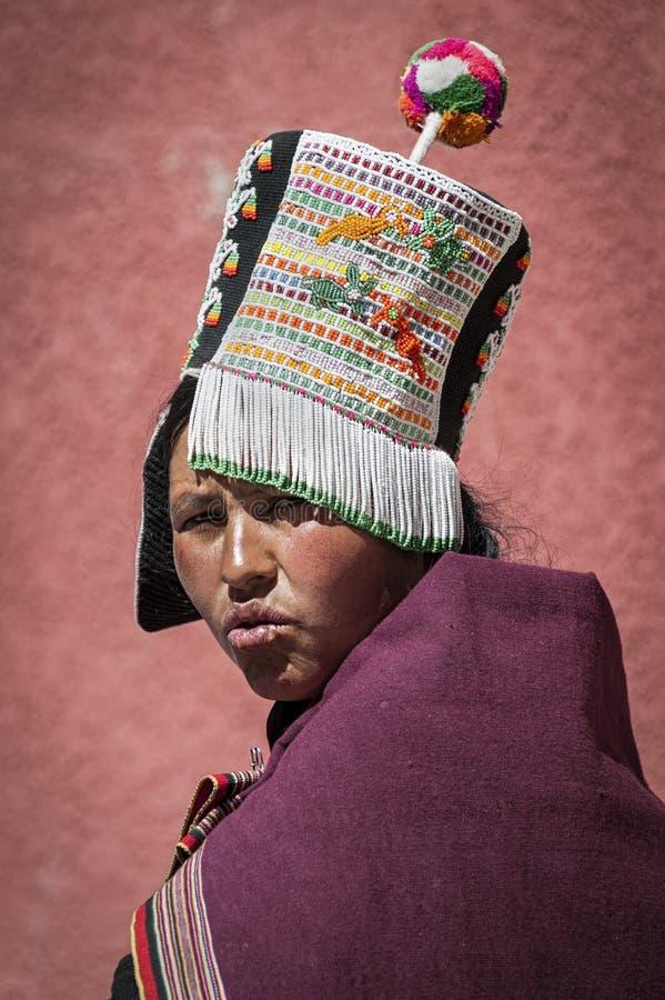 Niet geïdentificeerde inheemse inheemse Quechua vrouw met traditionele stammenkleding en hoed, bij de Tarabuco-Zondagmarkt, Boliv stock afbeeldingen
