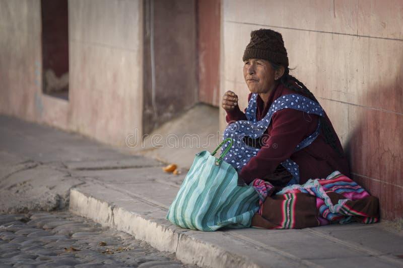 Niet geïdentificeerde inheemse inheemse Quechua vrouw met traditionele stammenkleding en hoed, bij de Tarabuco-Zondagmarkt, Boliv stock fotografie