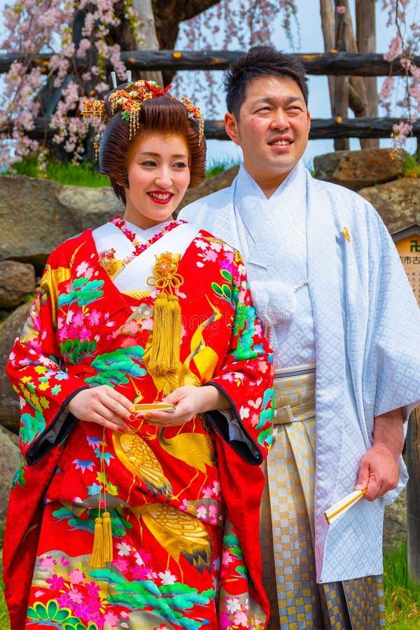 Niet geïdentificeerde Japanse mistroostigheid en bruid bij Hirosaki-park royalty-vrije stock afbeelding