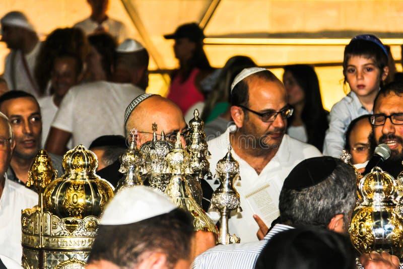 Niet geïdentificeerde Joodse mensen op ceremonie van Simhath Torah Tel Aviv royalty-vrije stock foto