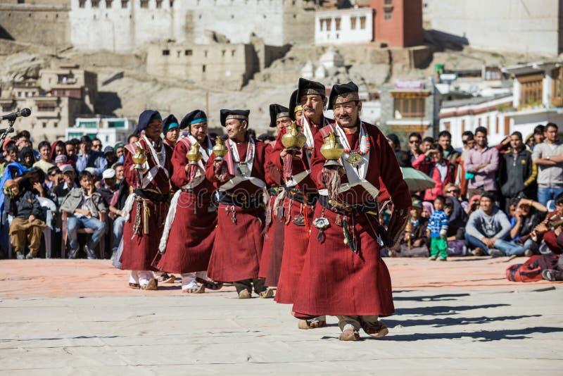 Niet geïdentificeerde kunstenaars in Ladakhi-kostuums royalty-vrije stock foto's