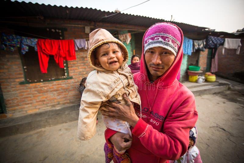 Niet geïdentificeerde lokale kinderen dichtbij hun huizen op een slecht gebied van de stad stock foto