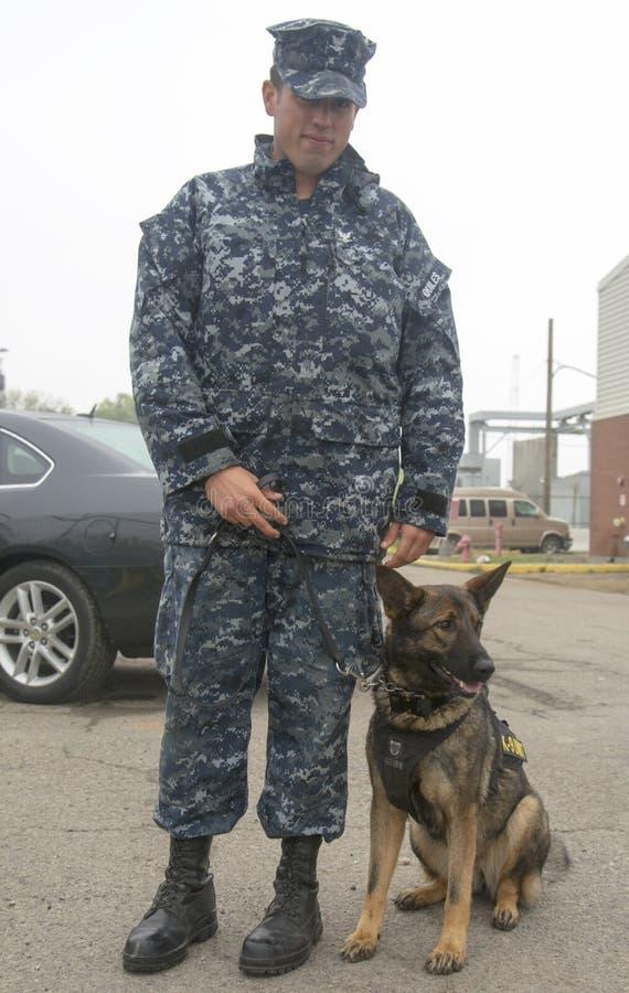 Niet geïdentificeerde marine die veiligheid verstrekken tijdens Vlootweek 2014 royalty-vrije stock foto's