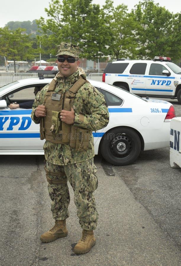Niet geïdentificeerde marine die veiligheid verstrekken tijdens Vlootweek 2014 stock afbeelding