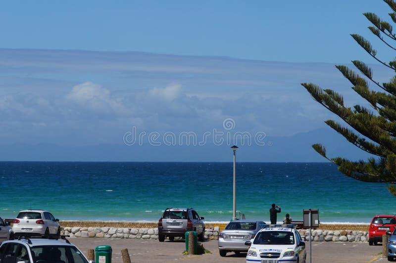 Niet geïdentificeerde mens die foto van mooie overzees nemen bij Kaapslepen royalty-vrije stock fotografie
