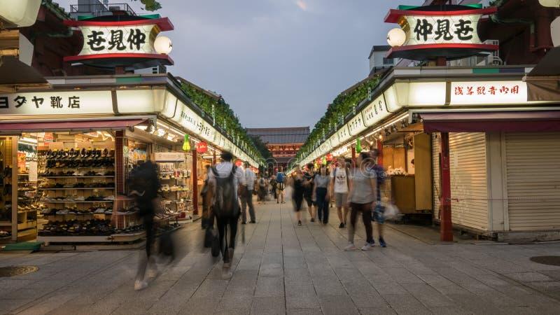 Niet geïdentificeerde mensen bij de Tempelmarkt van Asakusa Sensoji Kannon in de avond, Tokyo, Japan stock fotografie