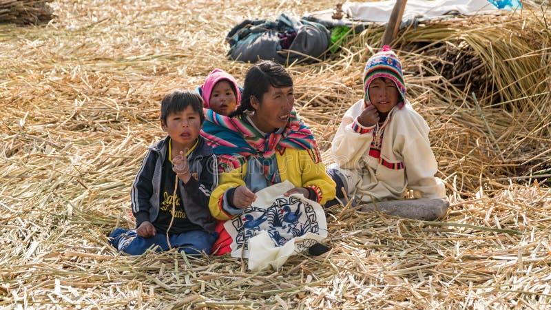 Niet geïdentificeerde mensen bij het Drijvende eiland Isla Flotante, Titicaca-meer, Peru royalty-vrije stock foto's