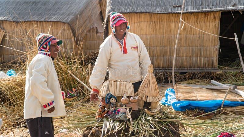 Niet geïdentificeerde mensen bij het Drijvende eiland Isla Flotante, Titicaca-meer, Peru royalty-vrije stock afbeelding