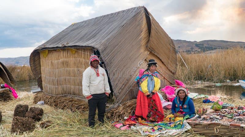 Niet geïdentificeerde mensen bij het Drijvende eiland Isla Flotante, Titicaca-meer, Peru royalty-vrije stock foto