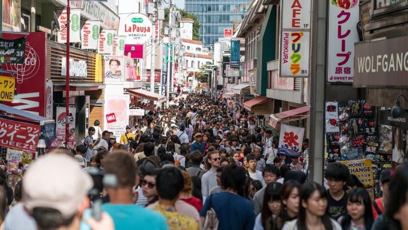 Niet geïdentificeerde mensen bij Takeshita-straat in Harajuku, beroemd van Japanse cosplay straatmanier, Tokyo, Japan stock foto's