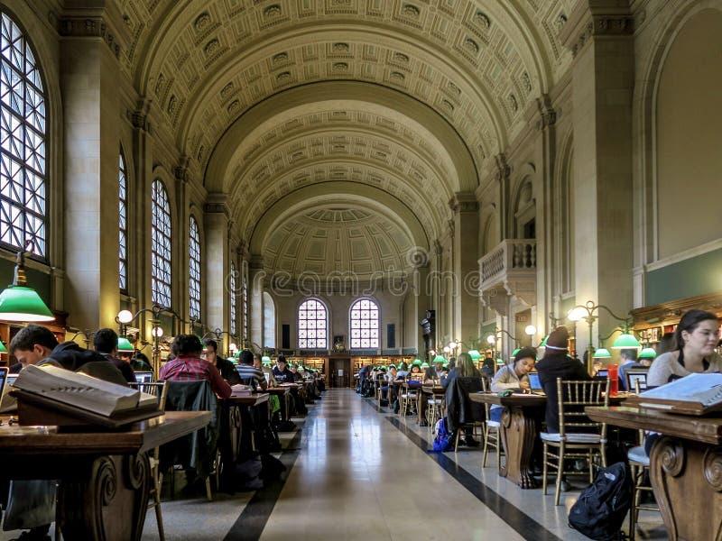 Niet geïdentificeerde mensen die in de Bibliotheek van Boston bestuderen stock afbeeldingen