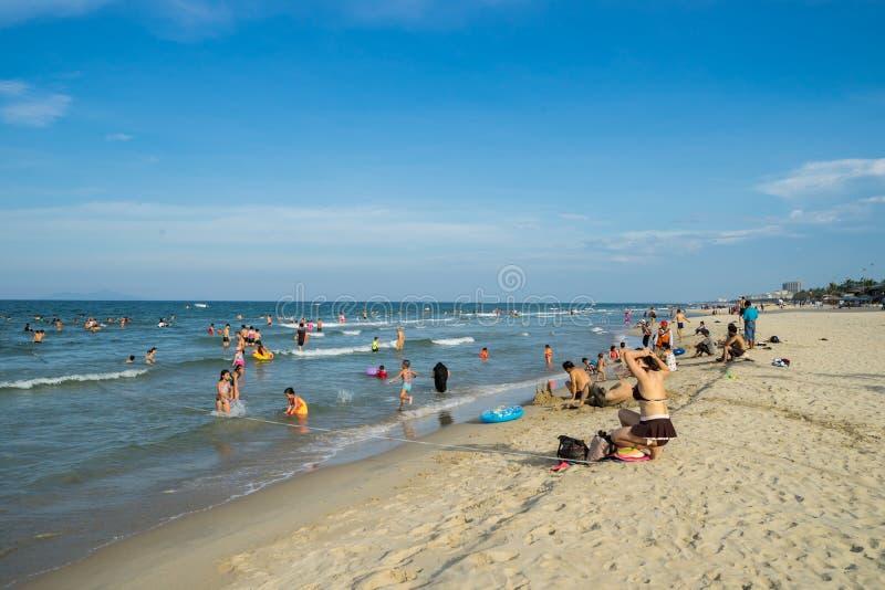 Niet geïdentificeerde mensen die in Mijn Khe-strand in Danang, Vietnam ontspannen stock foto