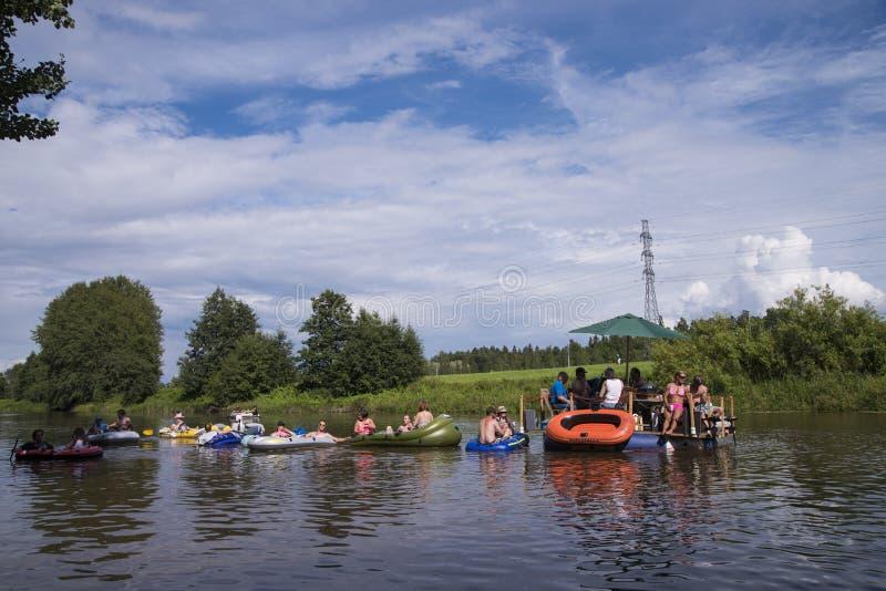 Niet geïdentificeerde mensen die onderaan de rivier in Kaljakellunta ( opstellen; Bier Floating) festival stock fotografie
