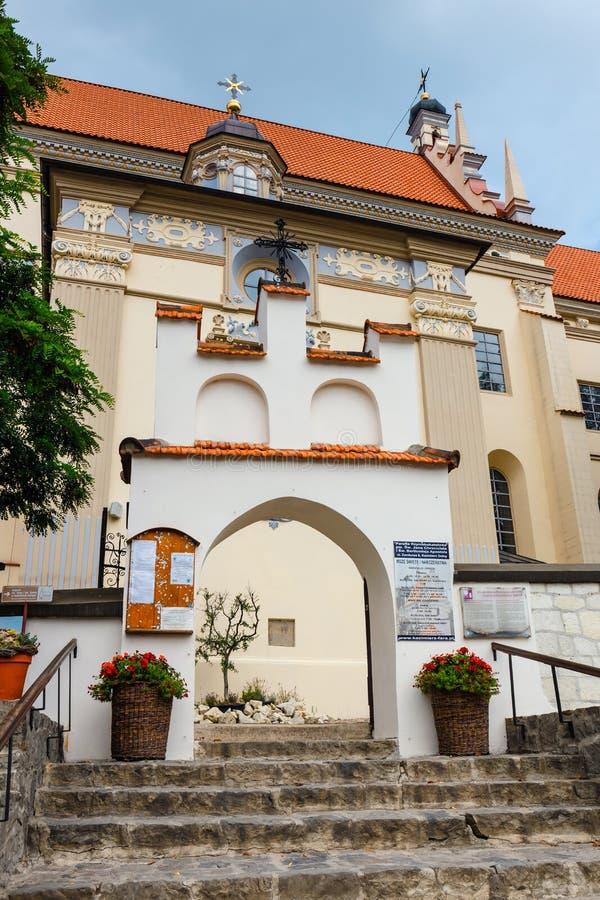 Niet geïdentificeerde mensen die op de oude stad van Kazimierz Dolny bij Vistula-rivier, Polen lopen stock foto's