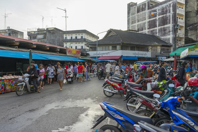 Niet-geïdentificeerde mensen die 's ochtends in het centrum van Trang, Thailand, vers voedsel op de lokale markt kopen stock afbeeldingen