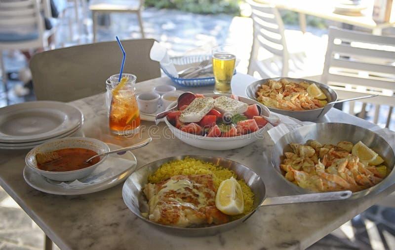 Niet-geïdentificeerde mensen die traditioneel heerlijk mediterraan schotel eten in een restaurant in de openlucht op Cyprus royalty-vrije stock fotografie