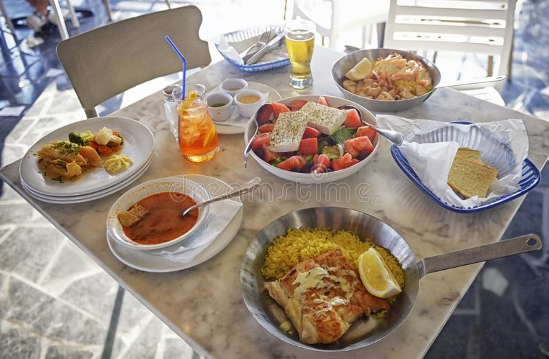 Niet-geïdentificeerde mensen die traditioneel heerlijk mediterraan schotel eten in een restaurant in de openlucht op Cyprus stock afbeeldingen