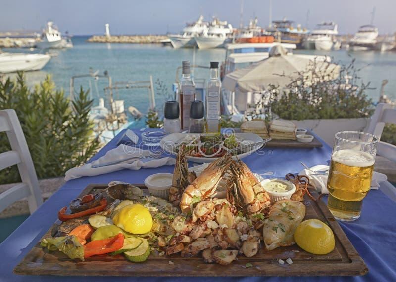 Niet-geïdentificeerde mensen die traditioneel heerlijk mediterraan schotel eten in een restaurant in de openlucht op Cyprus royalty-vrije stock afbeelding