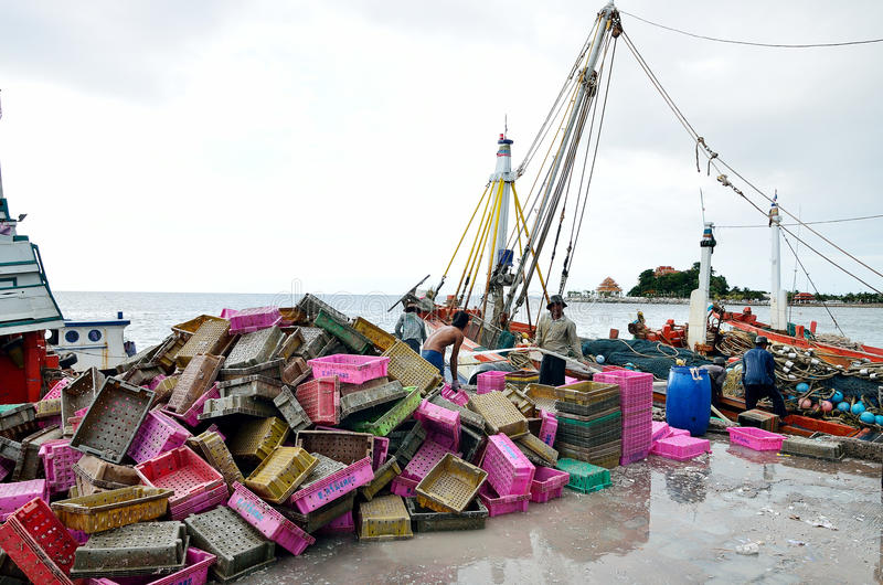 Niet geïdentificeerde mensen die vissenmand na handel schoonmaken stock afbeeldingen