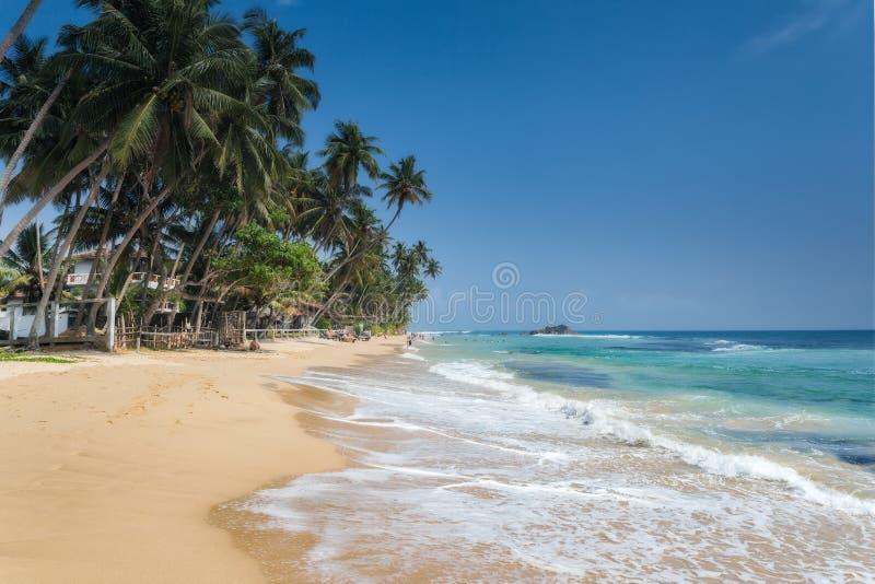 Niet geïdentificeerde mensen op het strand in Hikkaduwa Het strand van Hikkaduwa en het nachtleven maken tot het een populaire to royalty-vrije stock afbeelding