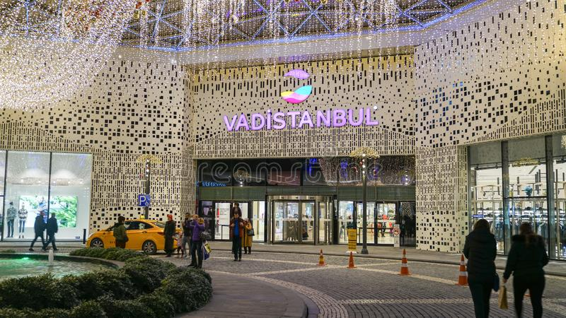 Niet geïdentificeerde mensen rond ingangsdeur aan Vadiistanbul-winkelcomplex, Istanboel, Turkije royalty-vrije stock foto