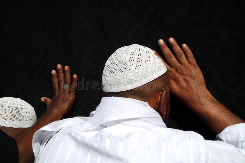 Niet geïdentificeerde Moslimpelgrims dichtbij Kaabah stock afbeelding