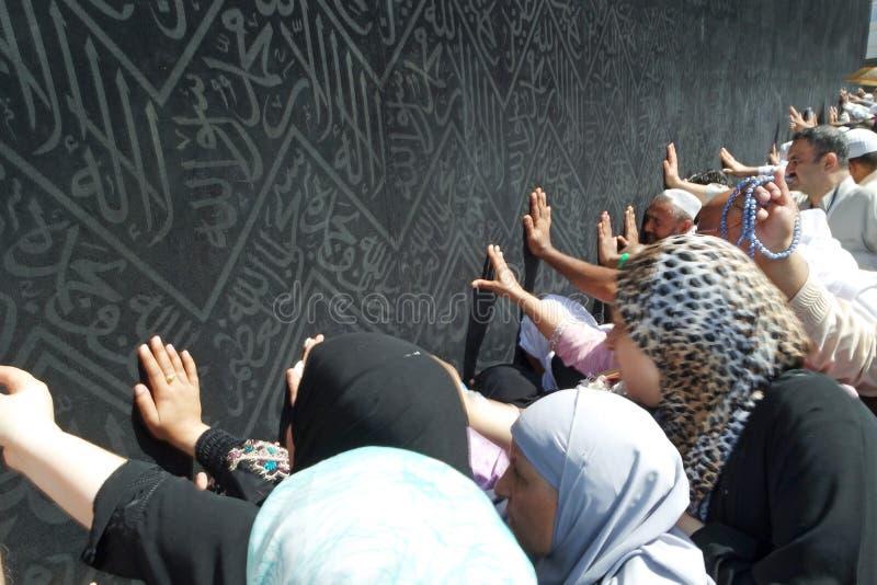 Niet geïdentificeerde Moslimpelgrims dichtbij Kaabah stock afbeeldingen