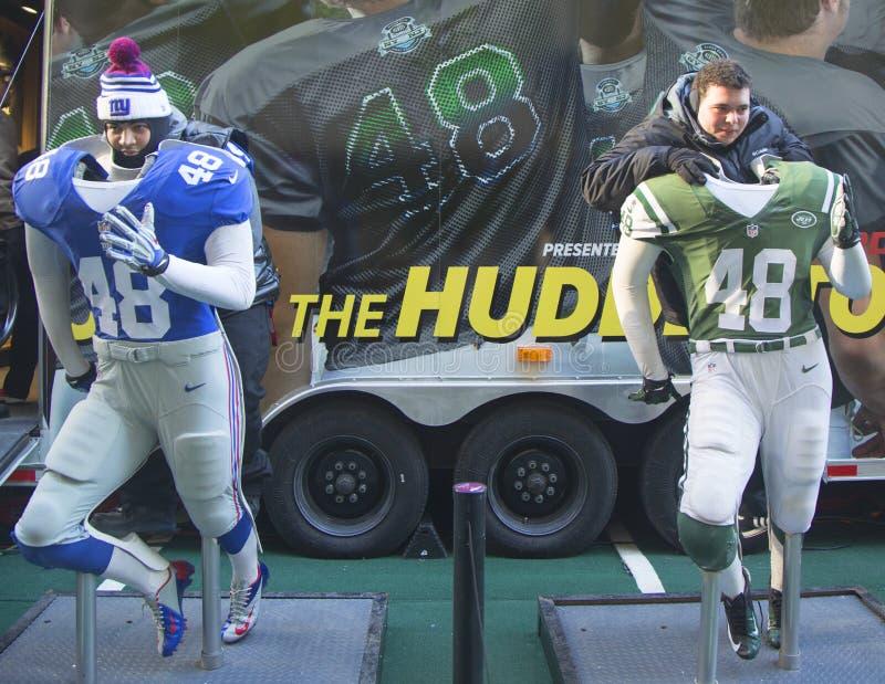 Niet geïdentificeerde New York Giants en New York Jetsventilators genomen foto met teamuniformen op Broadway tijdens de week van S stock afbeelding