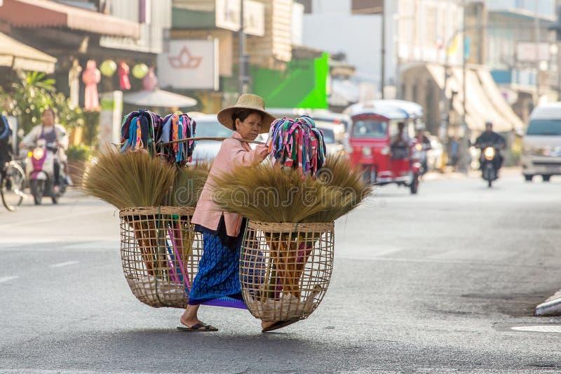 Niet geïdentificeerde oude vrouw in traditionele Thaise kleren royalty-vrije stock afbeeldingen
