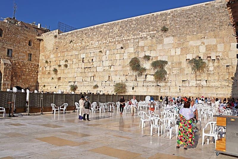 Niet geïdentificeerde pelgrims en toeristen dichtbij Loeiend deel van Muurvrouwen, Jeruzalem, Israël royalty-vrije stock afbeelding