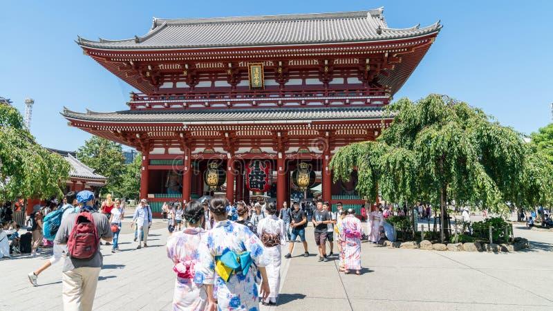 Niet geïdentificeerde plaatselijke bevolking die in kimono's Sensoji-Tempel, de oudste tempel op Asakusa-gebied Tokyo, Japan bezo royalty-vrije stock afbeeldingen